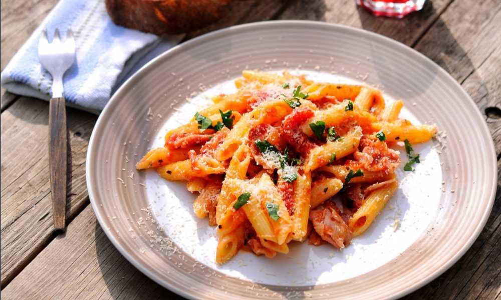 Pasta med bacon – recept med två såser