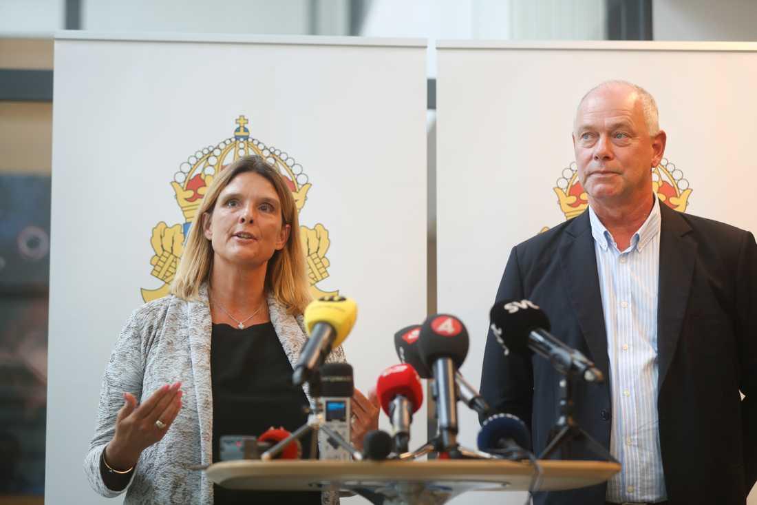 Kammaråklagare Kristina Lindhoff Carleson och kriminalinspektör Mats Johannesson vid en pressträff på Rättscentrum i Malmö.