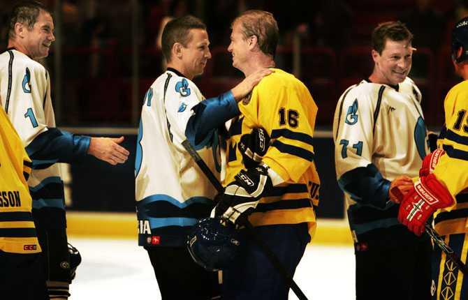 Igor Larionov hälsar på Bengt-Åke Gustafsson under en legendarmatch 2007.
