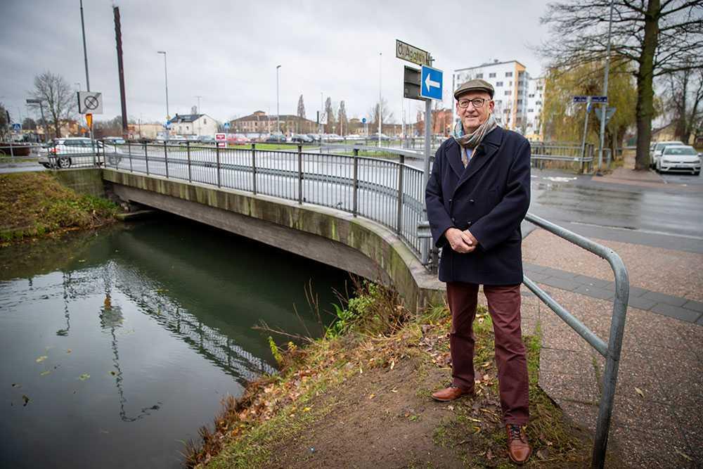 Vid den här bron cyklade Lars Sjövall ner i vattnet med sin trehjuling 1945. 74 år senare har han äntligen fått träffa sin okända livräddare Kjell Nilsson.