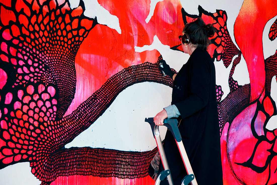 Carolina Falkholt fick fria händer att dekorera en vägg i skolan.