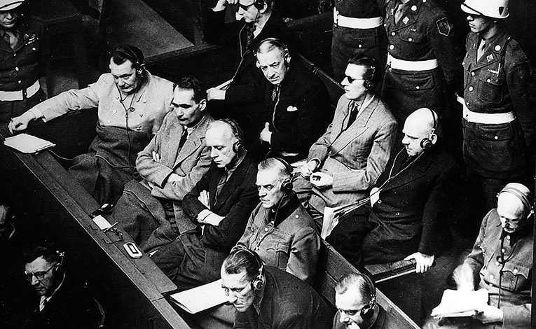 Herman Göring, Rudolf Hess och Joachim von Ribbentrop med flera nazister under Nürnbergrättegångarna efter kriget.