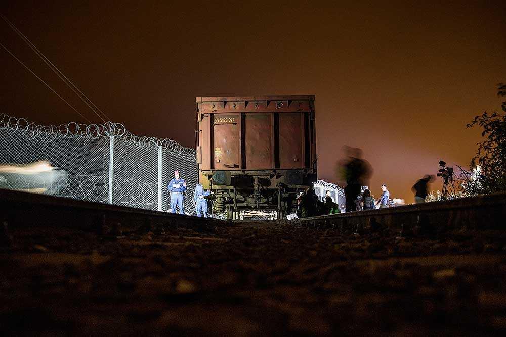 Små militära enheter patrullerar längs den 17 mil långa barriär som Ungern byggt.