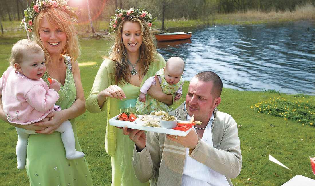 VÄXLANDE VÄDER Alla midsommarfirare får räkna med åtminstone någon skur under dagen. Den som flyr till Gotland kan däremot vara ganska säker på en solig helg.