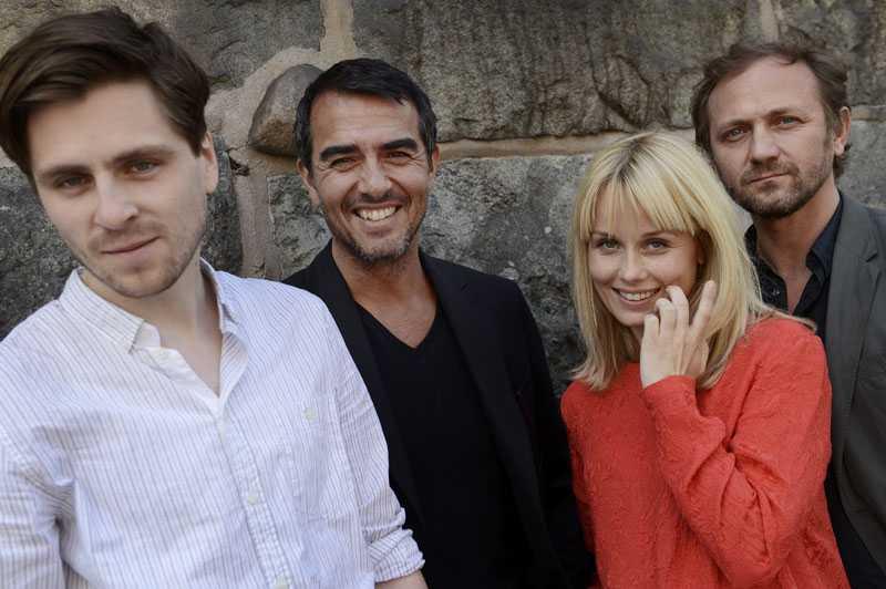 """Sverrir Gudnason, Rafael Edholm, Helena af Sandeberg och Anrzej Chyra i """"Mörkt vatten""""."""