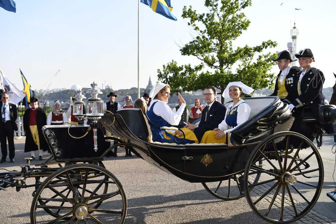 Kronprinsessan Victoria, prins Daniel, prinsessan Estelle och prinsessan Madeleine anländer till Skansen i en av hovstallets paradvagnar efter att ha åkt i kortege från Stockholms slott.