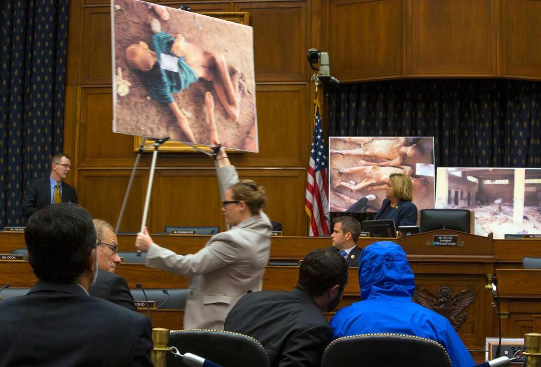 """Mannen i den blå huvan, """"Ceasar"""", smugglade ut runt 50 000 bilder som avslöjar tortyr och brutaliteter utförda av Assadregimen."""