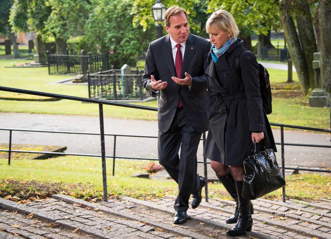 Stefan Löfven och Margot Wallström lägger blommor på Anna Lindhs grav, 11 år efter mordet.