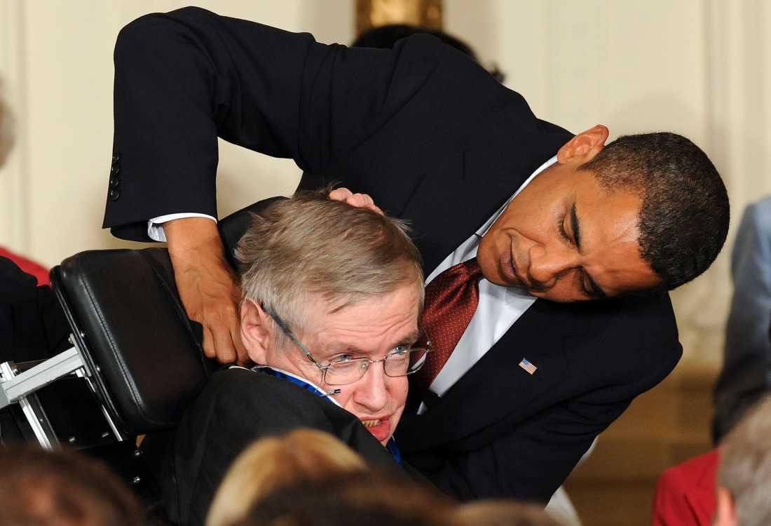 "USA:s förre prisident Barack Obama tilldelar Stephen Hawking ""Presidential Medal of Freedom"" år 2009."