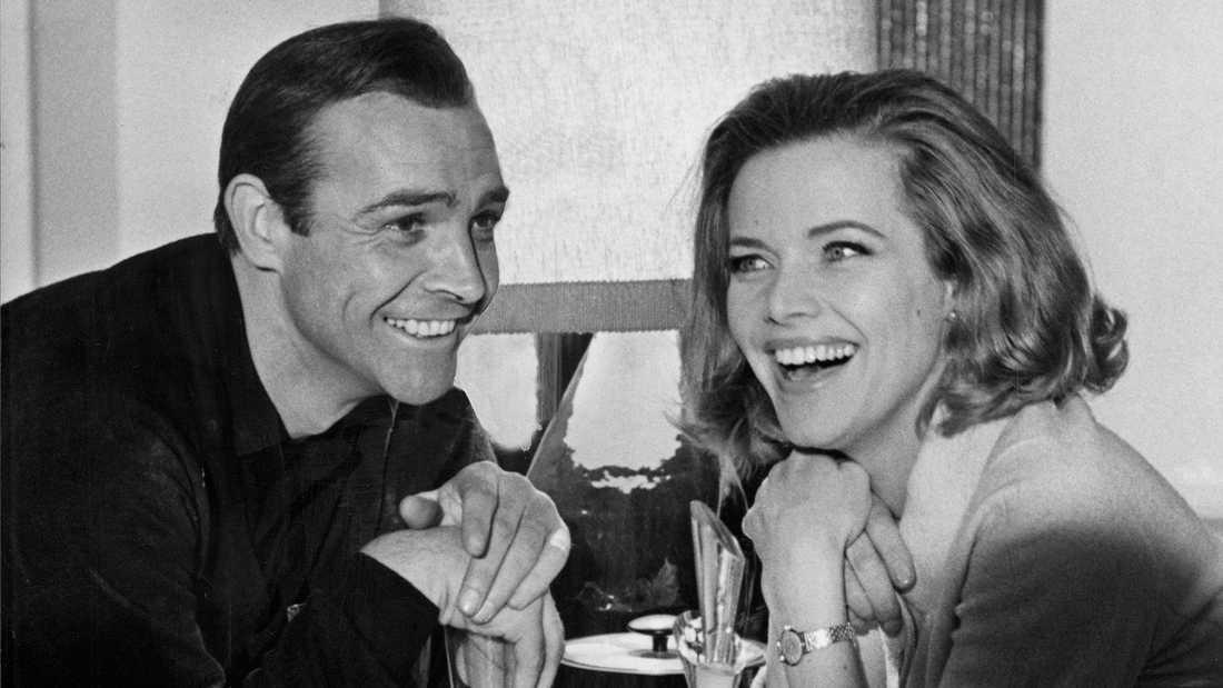 """Sean Connery och Honor Blackman under inspelningen av Bondfilmen """"Goldfinger""""."""