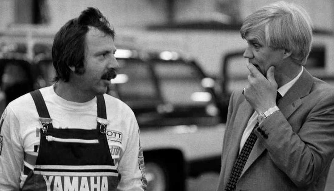 """Janne """"Loffe"""" Carlsson som skepparen Janne Andersson och Per Oscarsson som Exportföreningens representant Ulf Svensson i filmen """"Göta kanal""""1981."""