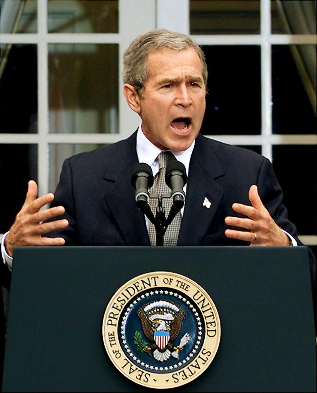 George W Bush tillkännager den nya lagen mot terrorism, Patriot Act, kort efter terrorattackerna 2001. Och den tioåriga jakten på al-Qaida-ledaren Usama bin Ladin börjar.