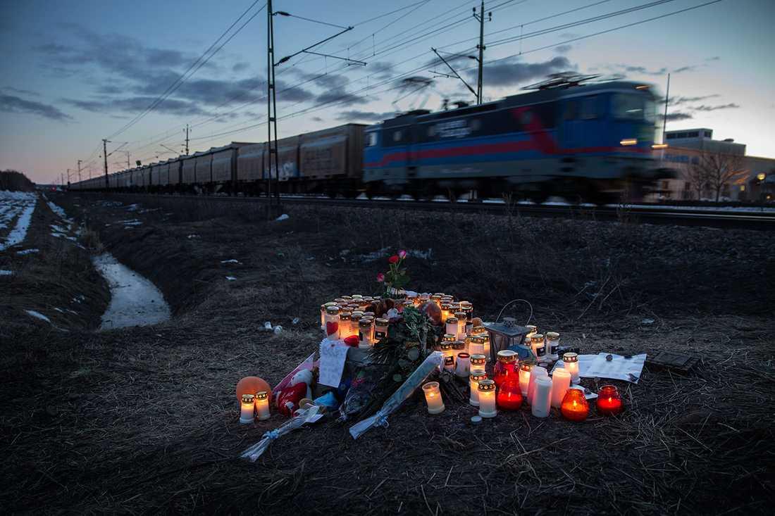 Vänner och familj lämnade blommor ljus och minnessaker.