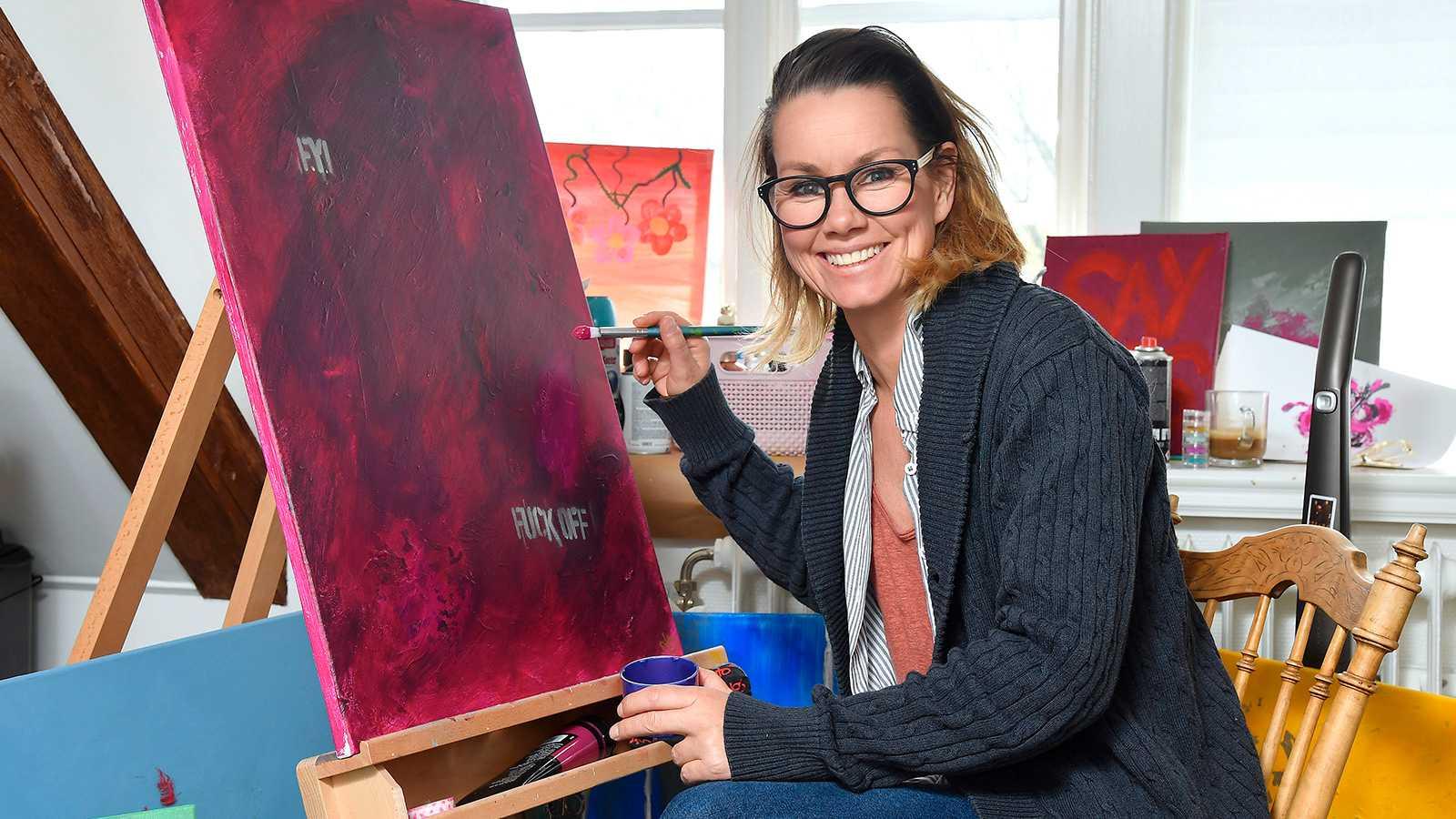 Linda Bengtzing målar tavlor.