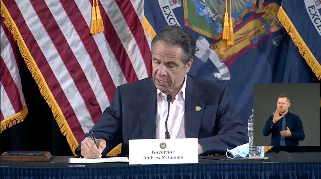 Delstaten New Yorks guvernör Andrew Cuomo, demokrat, kritiserar New Yorks borgmästare Bill de Blasio, också demokrat, om upploppen.