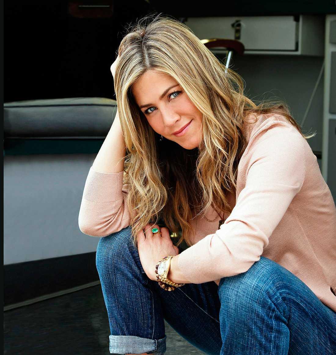 """Namn: Jennifer Aniston. Ålder: 45. Förlovad med: Justin Theroux. Bor: Los Angeles, Kalifornien.  Bakgrund: Studerade på High School of Performing Arts där serien Fame utspelar sig.  1994 slog hon igenom stort med tv-serien """"Vänner"""" där hon spelande Rachel Green i 10 år. Har medverkat i ett stort antal  romantiska komedier som """"Bruce den allsmäktige"""", """"Office space"""" och """"Dumpa honom!"""". """"The Rachel"""": Anistons flikiga och studsiga frisyr under de två första """"Vänner""""-säsongerna fick eget liv – och namn. Stylisten Chris McMillan skapade klippningen som enligt brittiska Express pryder över 11 miljoner kvinnor. Aniston har i efterhand har sagt att """"frisyren är den fulaste hon någonsin sett"""".  Aktuell med: Komedin """"Horrible bosses 2"""" som kommer på bio i december."""
