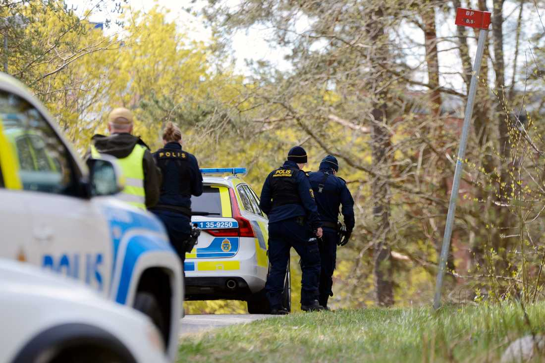 Polisens tekniker på plats vid fyndplatsen