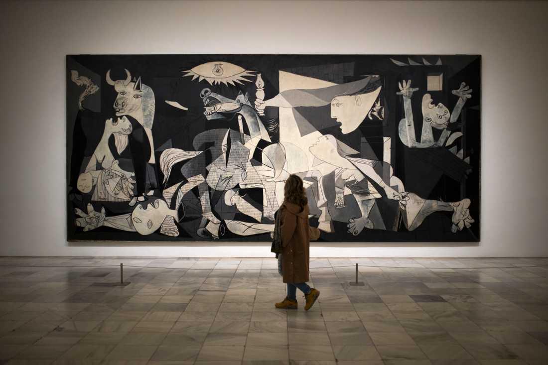 """En kvinna tittar på Pablo Picassos originalmålning """"Guernica"""". Arkivbild."""
