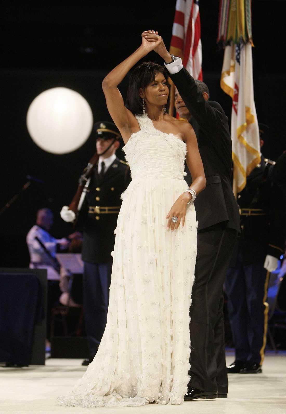 """Michelle Obama bar Jason Wus vita klänning med bar axel under presidentens installation 2008. """"Att påstå att det har förändrat mitt liv är verkligen en underdrift"""", säger Jason Wu som plötsligt hamnade i modevärldens rampljus."""