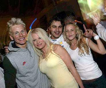 hjältefesten HV:s stora segerorganistörer, Johan Davidsson och Stefan Liv, festade hela natten med sina flickvänner, Linda och Anna.