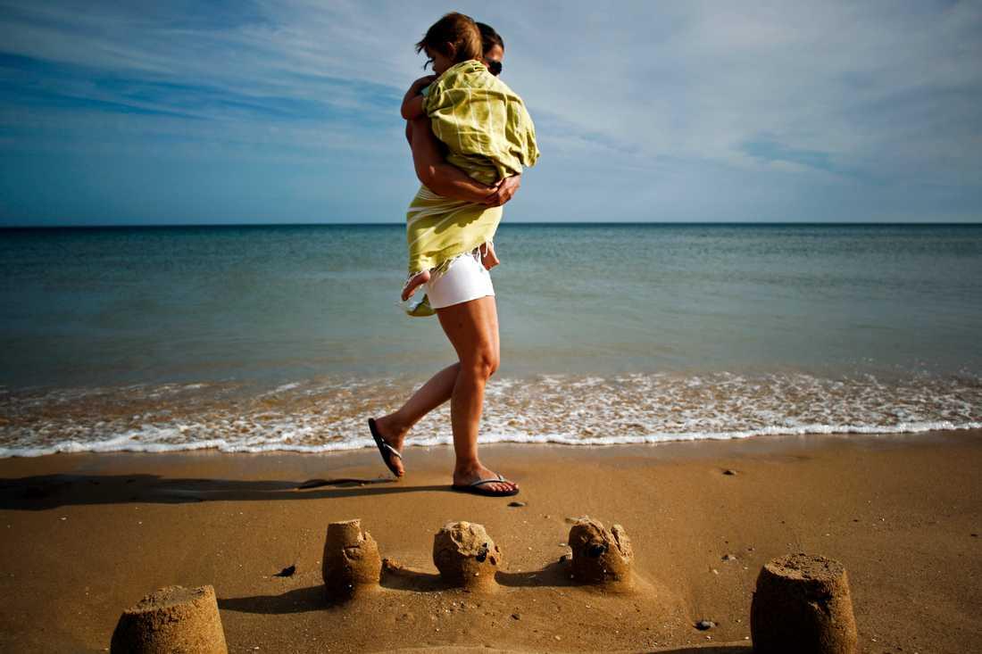 Att resa med små barn kan innebära både risker och stress. Arkivbild.