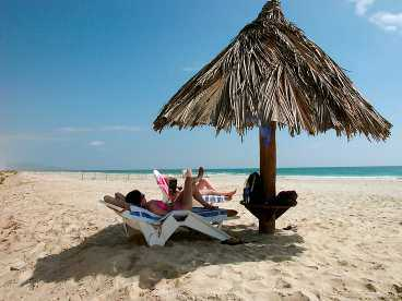 Ett resmål som passar soldyrkaren och den dykintresserade. Många hotell ligger direkt på den milsvida stranden i Salalah. Här kan man lapa sol samtidigt som man njuter av utsikten mot Indiska oceanen.