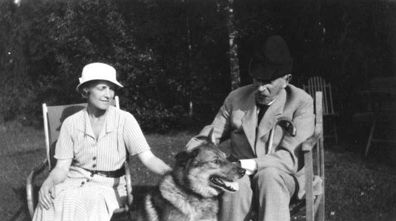 Kate Bang och Verner von Heidenstam i Övralids trädgård.