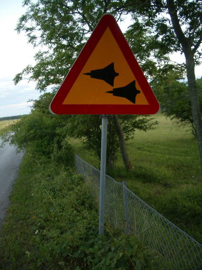"""Varning för flyg på Gotland. """"Den här skylten fann jag vid ett vandrarhem i Bunge på norra Gotland. Antagligen har det varit en flygflottilj där en gång i tiden då skylten varnar för lågt flygande flygplan. Siluetten föreställer det klassiska jaktplanet J-35 Draken"""", skriver Lukas Berger."""