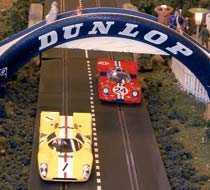Racing från början av 1970-talet, då Jocke Bonnier och hans gula Lola T70 kämpade mot Ferraris 512 S.