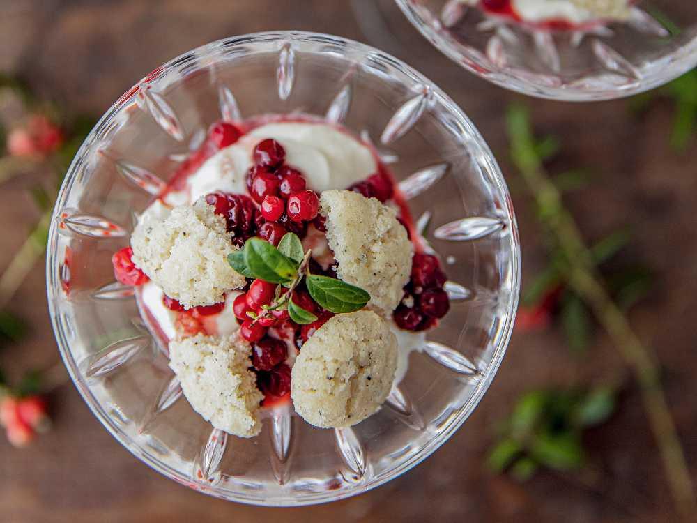 Änglamat är en läcker liten dessert med lingon och grädde.
