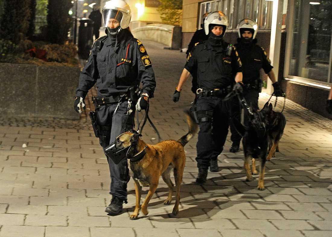 Poliser med hundar i Husby.