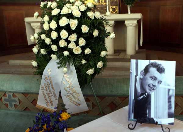 Bredvid Ingemar Johanssons kista i kyrkan stod två foton av Ingemar som ung.