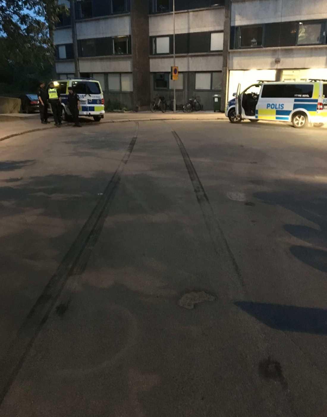 Bromsspåren syns tydligt mellan polisbilarna