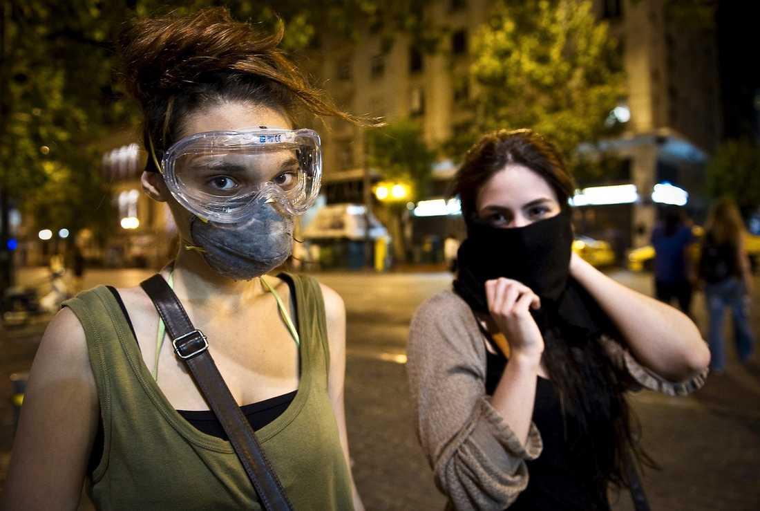 """NU ÄR DET SLUT PÅ DIALOG Dimitra, 18, och Elisabeth, 19, deltog i nattens protester men tror inte längre på dialog. """"Den här regeringen måste bort"""", sa de genom mask, skyddade mot polisens tårgas."""