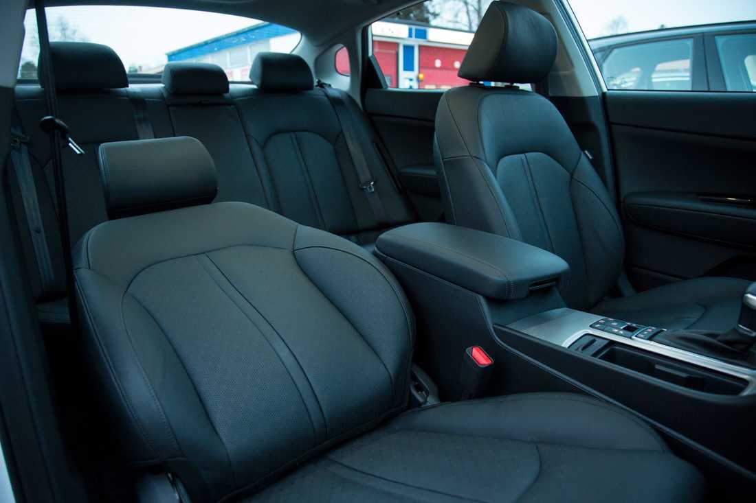 Takhöjden fram blir väldigt låg när bilen är utrustad med glastak och elmanövrade stolar.