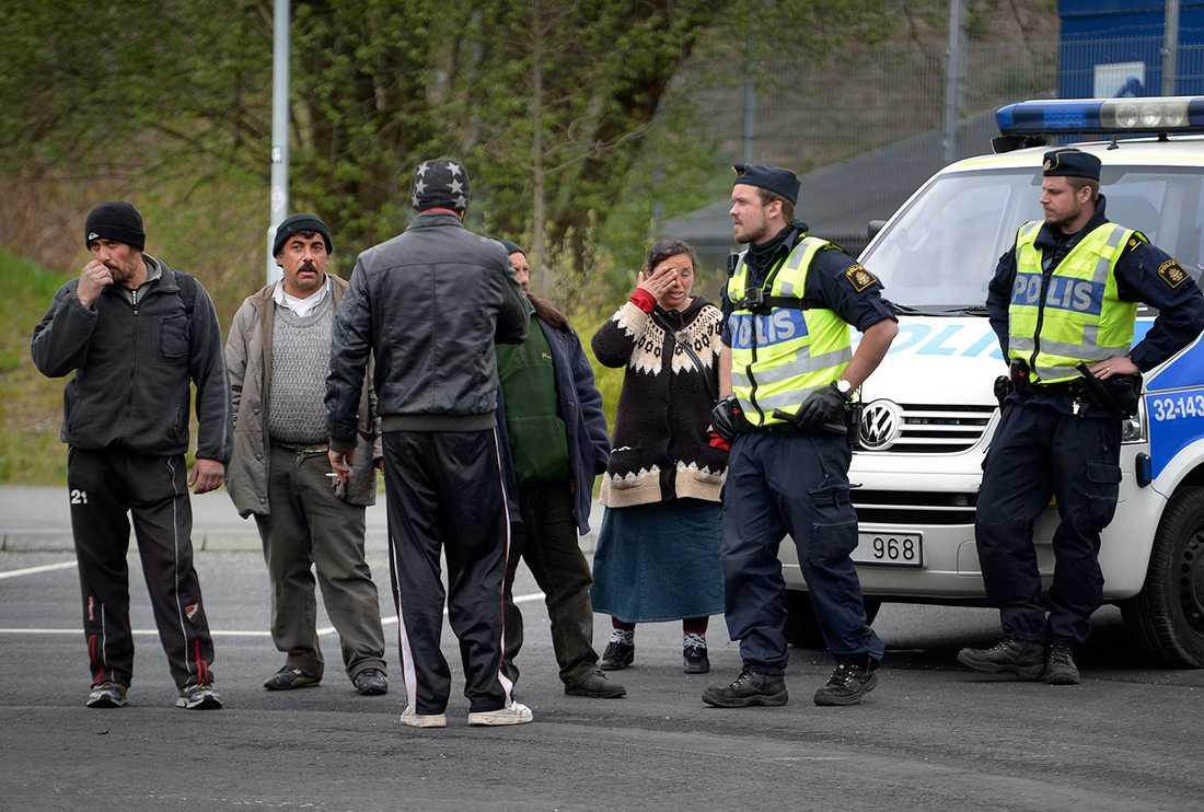 Polis och några av dem som vräktes.