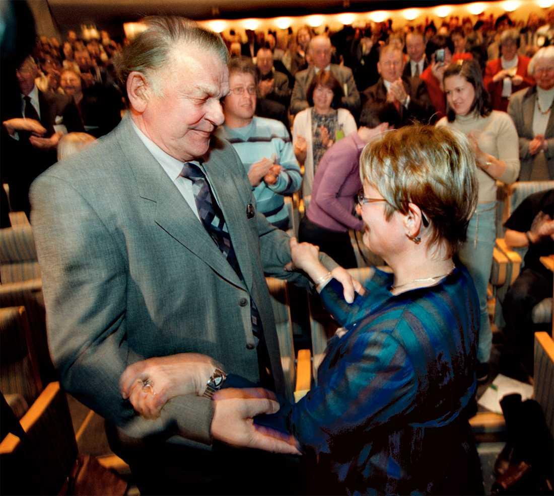 Här valdes Maud Olofsson till partiledare för Centerpartiet 2001 och får en kram av Thorbjörn Fälldin.