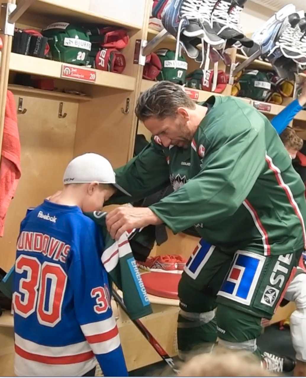 Passar den? Joel Lundqvist har plockat ut en väldigt speciell tröja till Hugo. Och alla Frölundaspelarna har signerat den.