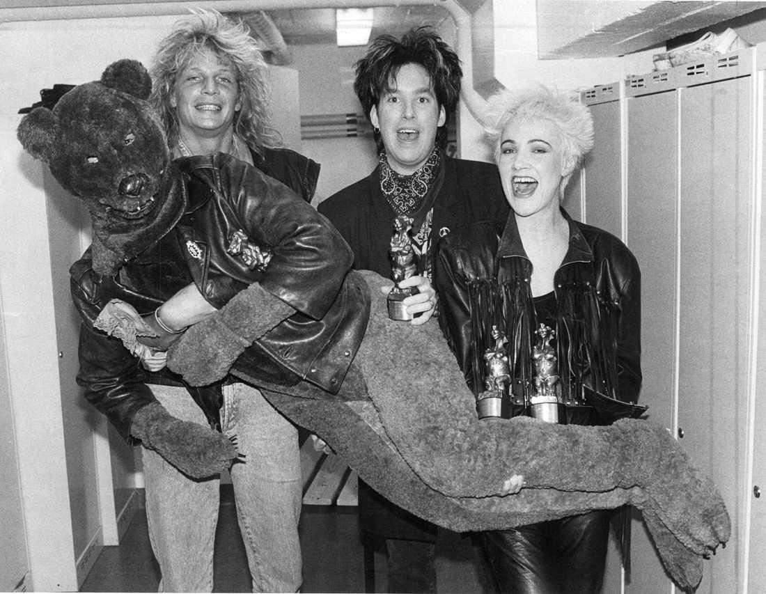 Rockbjörnen 1989. Pristagarna Tommy Nilsson och Roxette firar sina priser med en björn som inte ser riktigt klok ut.