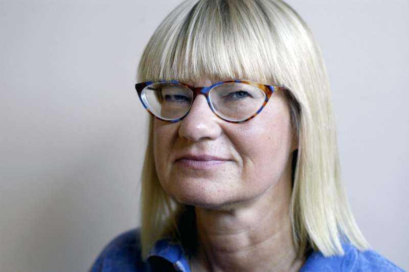 Marie-Louise Danielsson-Tham, professor i livsmedelshygien, säger att det som konsument inte går att upptäcka om salladen innehåller farliga bakterier. Det hjälper inte heller att skölja salladen.