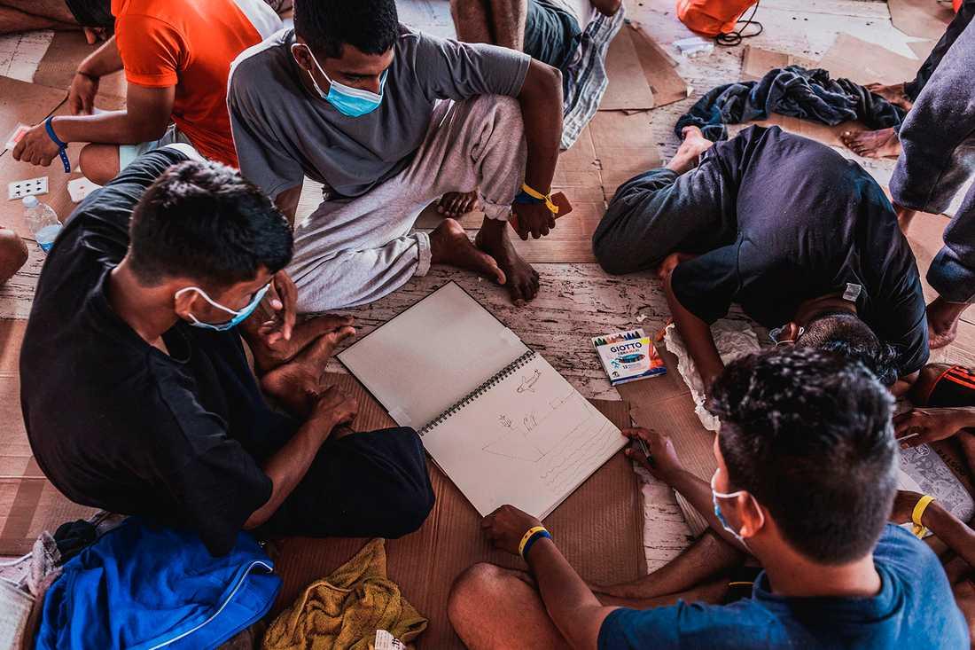 Migranter ombord räddningsfartyget Ocean Viking den 1 juli.
