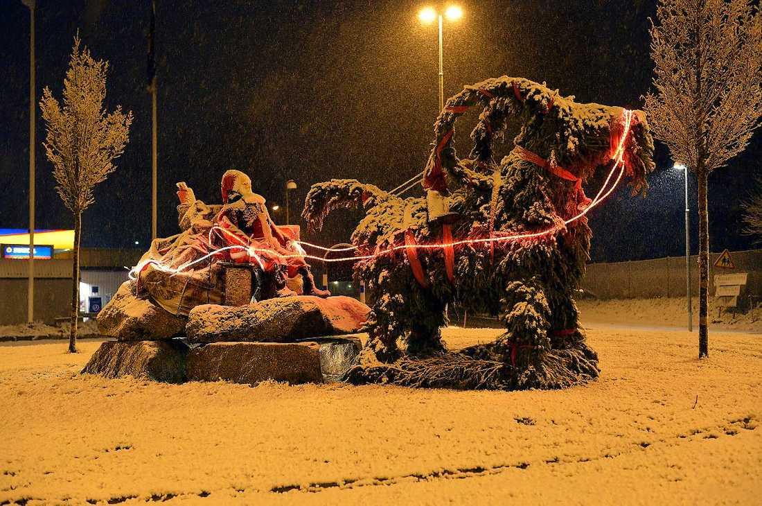 I Mullsjö låg snön vit på marken, endast tomten var vaken.