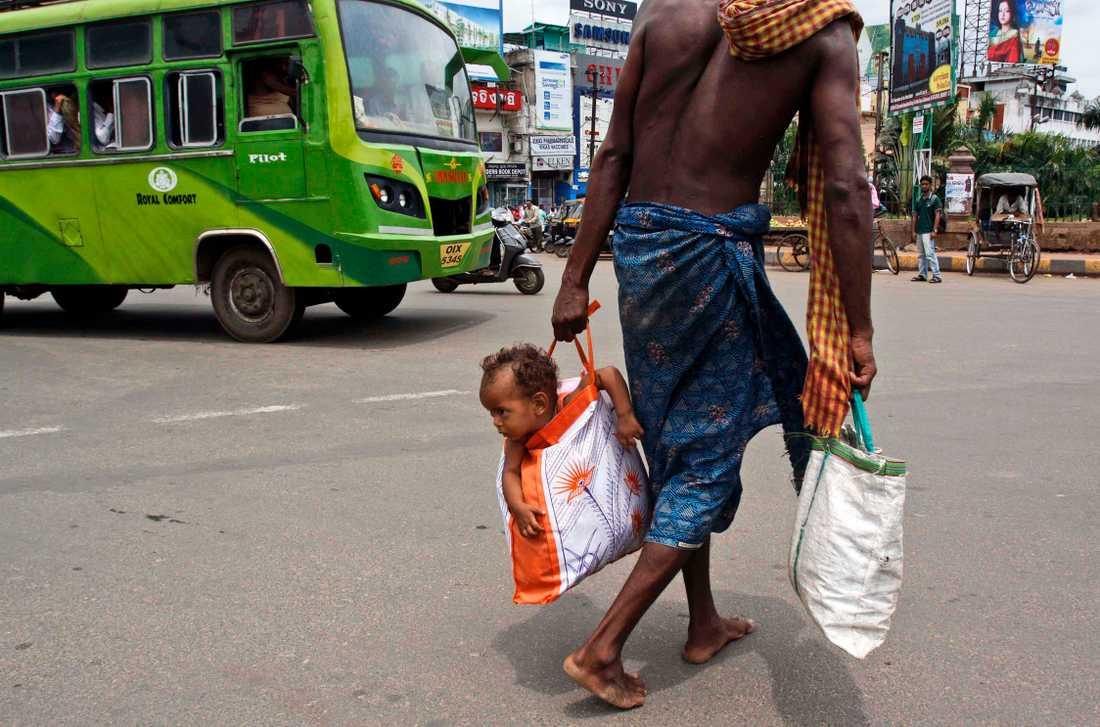 En man i Indien har hittat ett nytt sätt att bära sitt barn på.