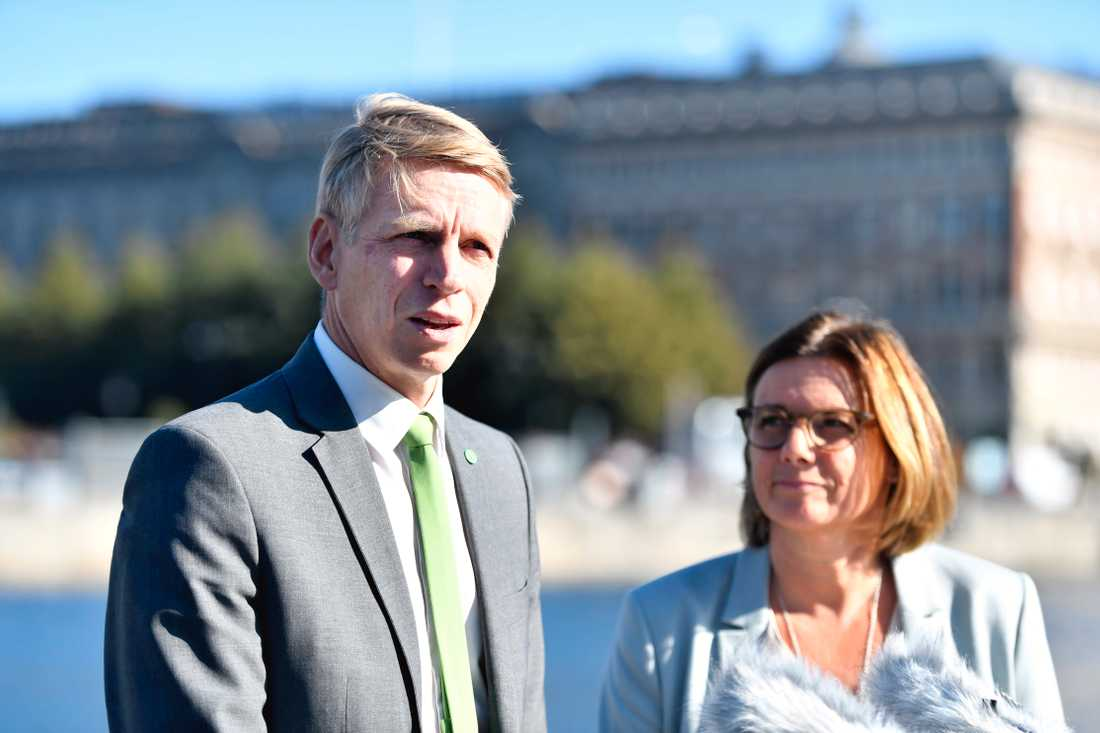 Finansmarknads- och bostadsminister Per Bolund (MP) och miljö- och klimatminister Isabella Lövin (MP).
