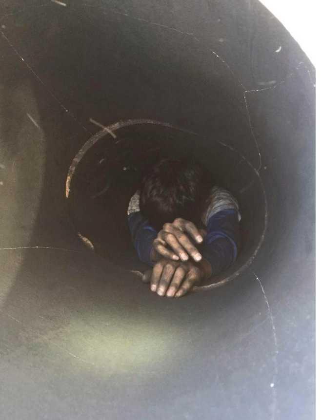 Pojken klarade sig oskadd efter tiden han var fastkilad i skorstenen.