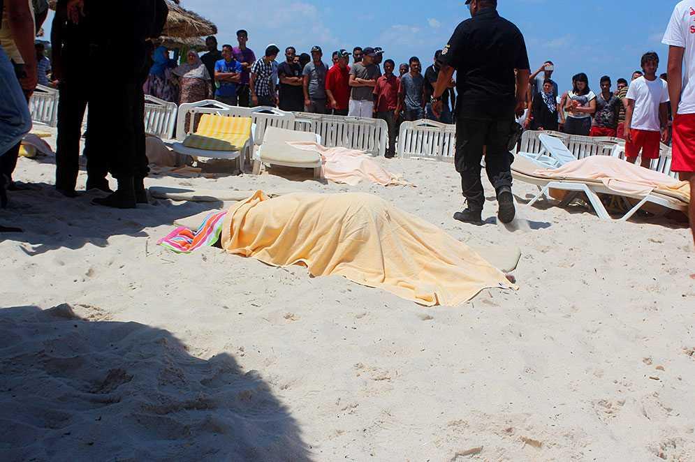 En kropp ligger på stranden i Sousse, Tunisien, där gärningsmän öppnade eld och många dödades.