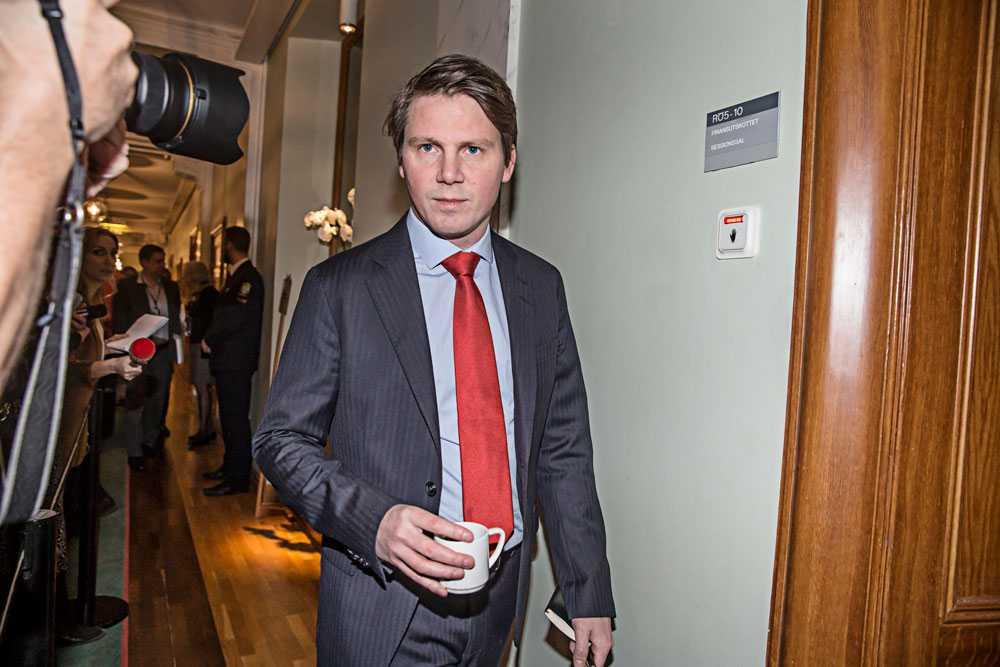 """Även Folkpartiets gruppledare och ex-integrationsministern Erik Ullenhag är skeptisk. """"Det som bekymrar mig är att det är helt innehållslöst vad gäller förslag"""", säger han."""