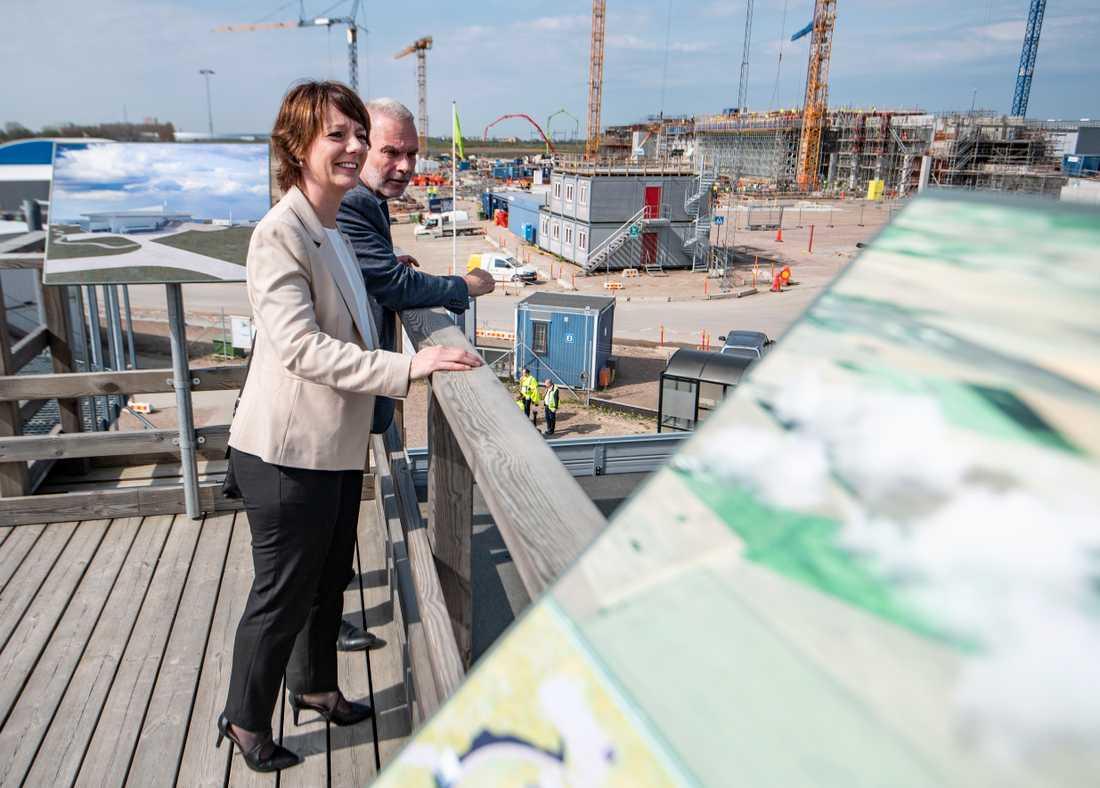 Matilda Ernkrans (S), minister för högre utbildning och forskning, blickar ut över anläggningen tillsammans med John Womersley, generaldirektör för ESS.
