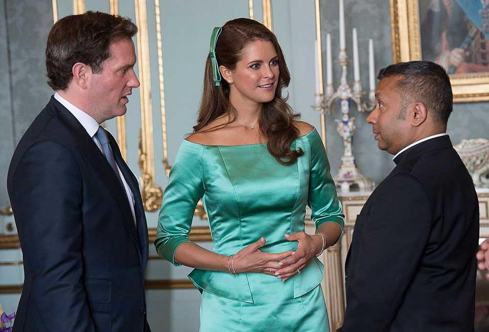 Pastor Michael Bjerkhagen uppvaktar prinsessan Madeleine och Christopher O'Neill vid mottagningen på Stockholms slott efter lysningsgudstjänsten i Slottskyrkan.