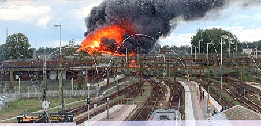 Branden orsakade stora skador på kontaktledningar, spår och signalsystem. All tågtrafik till och från Hässleholm har därför ställts in.